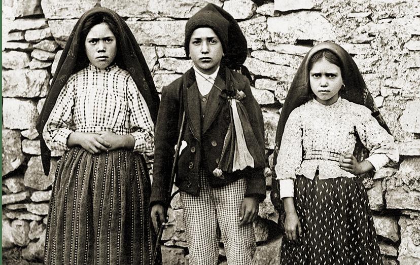 Lúcia, Francisco e Jacinta, os três pastorinhos que tiveram as visões de Fátima e afirmam ter falado com a mãe de Jesus Cristo.