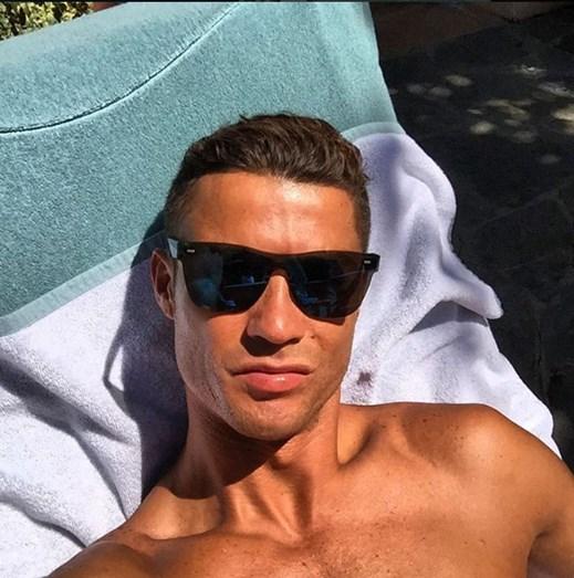Cristiano Ronaldo descontraído num momento de descanso.