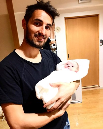 Hugo Vieira com a filha recém-nascida ao colo