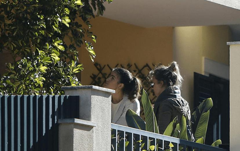 Luciana Abreu e Ana Micaela à porta de casa, em Cascais. Hoje em dia é com a sua melhor amiga, que a atriz conta para ajudar em casa e cuidar das filhas, Lyanni e Lyonce