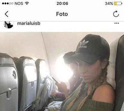 Mulher de Pizzi diverte-se em Ibiza em dia de derby decisivo