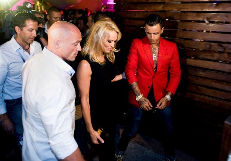 Pamela Anderson rendida a criador da Wikileaks
