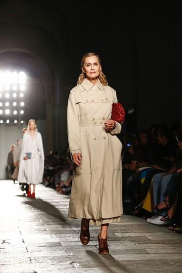 Lauren Hutton é o rosto da nova campanha de Calvin Klein