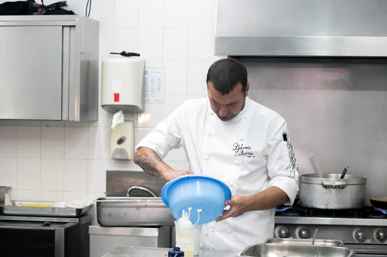 Gritos de Ljubomir deixam dono de restaurante-lixeira à beira da morte