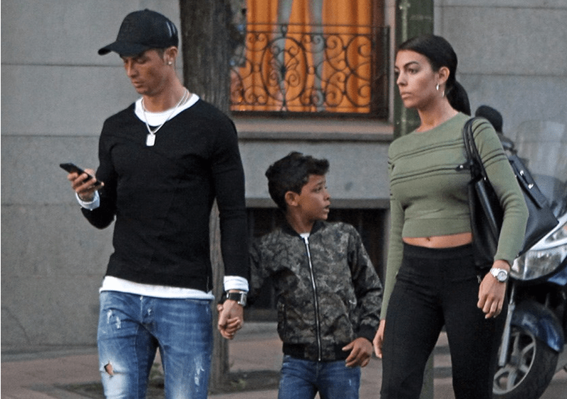 Ronaldo e Georgina passeiam no novo Ferrari do craque