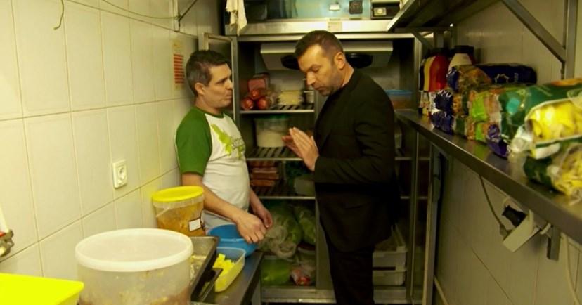 O chef Ljubomir Stanisic encontrou comida estragada nos frigoríficos, de um restaurante, em Águeda. Duas pessoas foram contratadas para limpar toda a gordura e sujidade.