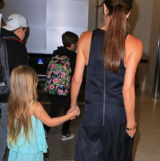 Harper Beckham com a mãe Victoria Beckham
