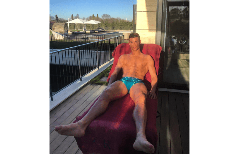 A apanhar sol numa varanda, Ronaldo mostra o seu corpo atlético