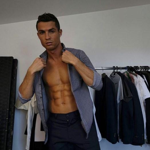 Cristiano Ronaldo exibe o seu corpo escultural