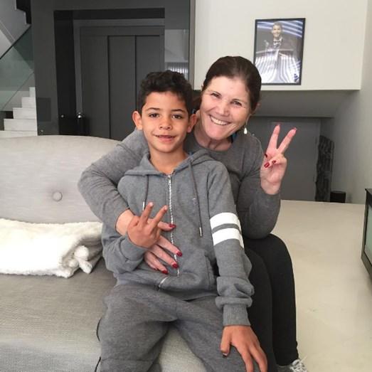 Dolores Aveiro diverte-se com o neto