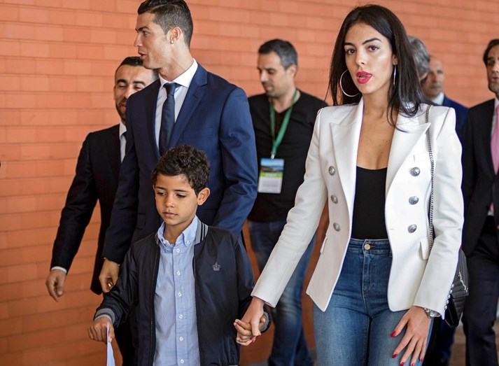 Cristiano Ronaldo com o filho e Georgina, no aeroporto da Madeira, no dia em que o craque foi homenageado. Georgina mostra afeto pelo menino, dando-lhe a mão.