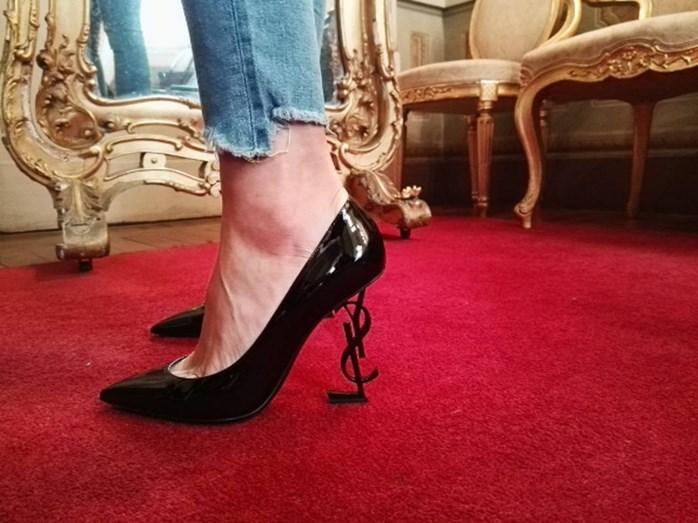 Cristina Ferreira com os famosos sapatos 'Opium', da Yves Saint Laurent, à venda por cerca de 900 euros.