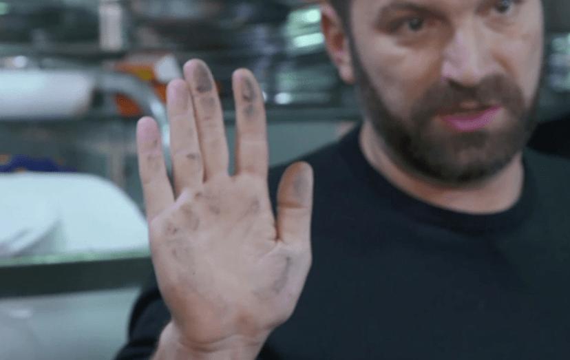 Ljubomir Stanisic mostra a sujidade que encontrou no restaurante O Canela
