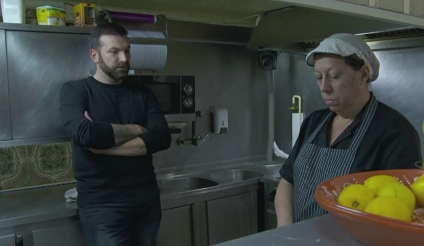 Stanisic conversa com cozinheira Lina, do restaurante O Canela
