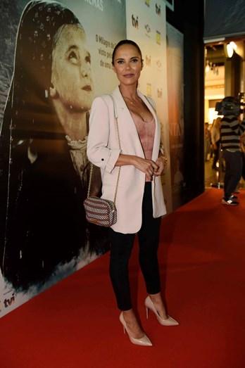 Iva Domingues escolheu um top da BCBG, casaco da Zara e calças da Mango. Conjugou com uma carteira Bimba e Lola e sapatos da Aldo