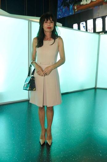 Manuela Moura Guedes com vestido e sapatos Prada e carteira Louis Vuitton