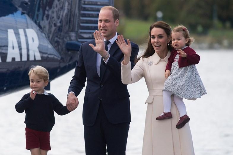 Os duques de Cambridge com o príncipe George a princesa Charlotte