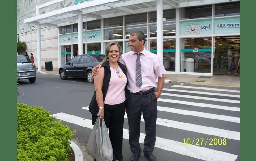 O pai de Luciana, Luís Costa Real, com Ana Paula Dias, atual mulher, em Campinas, onde moram