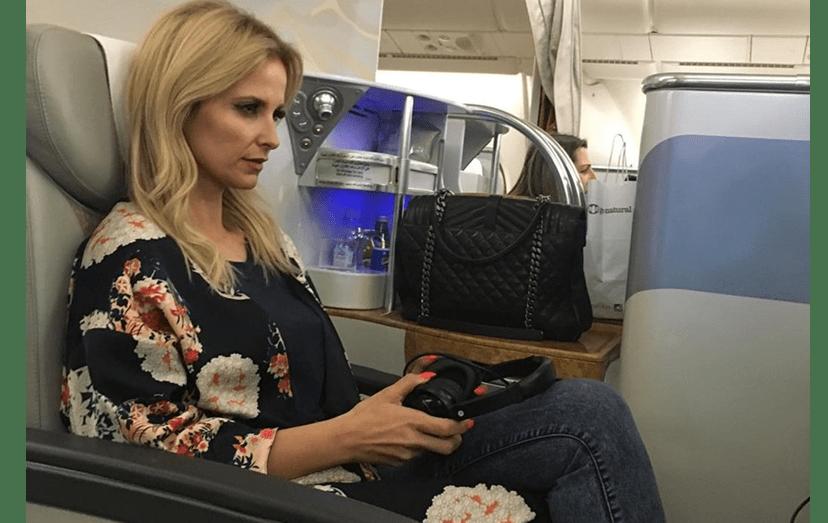 """""""Andei pela primeira vez num avião de 2 andares. Uma experiência única"""", confessou a apresentadora, na classe executiva da aeronave, rumo a Singapura."""