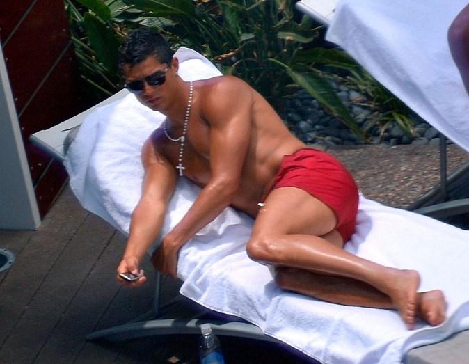 Cristiano Ronaldo numa piscina de Las Vegas, em julho de 2009. Terá sido nesta altura que uma segunda mulher o acusou de violação, no caso que agora vem a lume e é desmentido por um dos seus advogados.