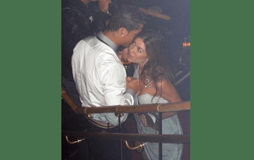 Ronaldo com uma morena desconhecida, na discoteca Rain, em Las Vegas. A mulher estaria acompanhada por uma amiga loura e a noite terá acabado na suite do craque, no luxuoso Palms Casino Resort