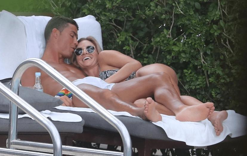 O internacional português e a modelo americana abraçados, na espreguiçadeira da piscina. Nessa noite, jantaram com amigos num luxuoso restaurante da cidade.
