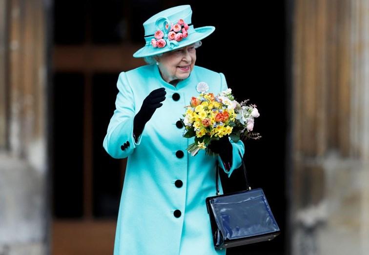 A monarca saudou a população após a missa Pascoal
