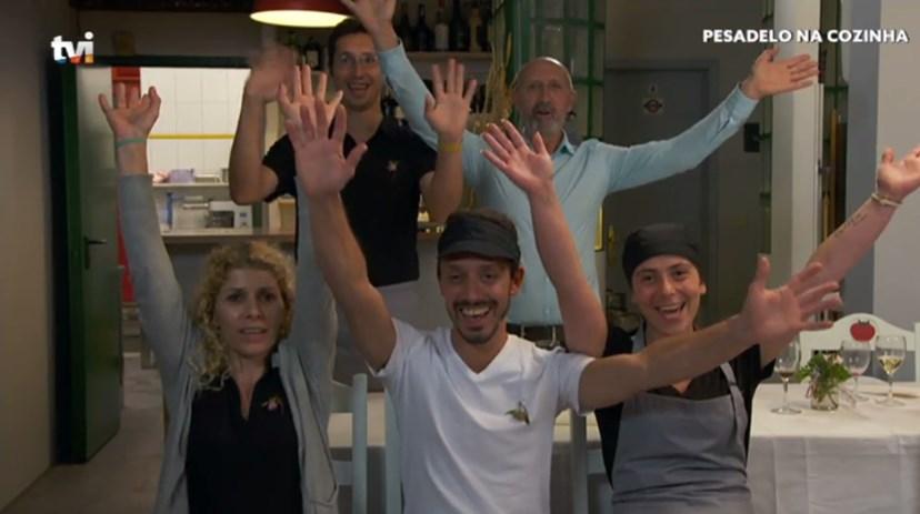Staff do restaurante 'O Tomate'. Apenas Ivan (de branco) não foi despedido após a visita de Ljubomir