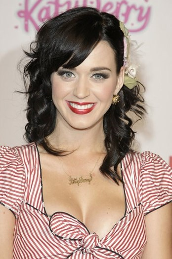 Katy Perry foi uma das celebridades que apostou nesta tendência, sem medo de usar um colar com o seu nome