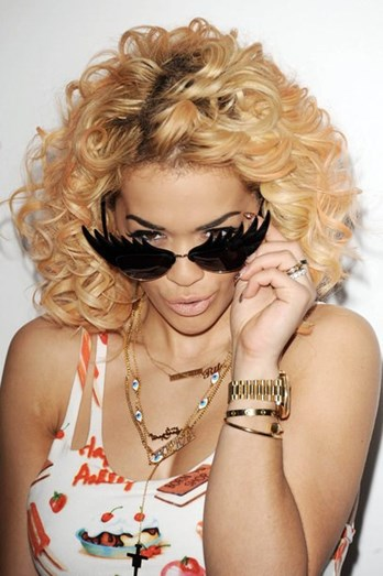 Rita Ora não usou uma mas sim dois colares com o próprio nome