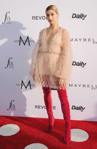 A modelo Hailey Baldwin, conjugou o nude com uma cor forte e o resultado não podia ser melhor