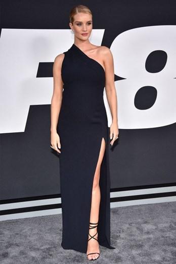 """A modelo Rosie Huntington-Whiteley, na antestreia do filme """"Velocidade Furiosa"""", mostrou que mesmo grávida, consegue ser elegante"""