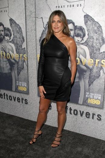Jennifer Aniston foi a Paris para o evento Louis Vuitton e Jeff Koons e deu que falar, pela positiva, com a escolha deste vestido de cabedal