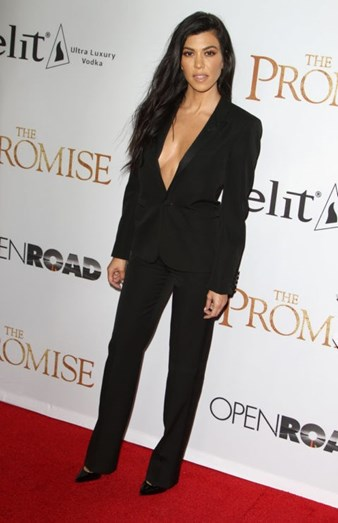 Não é só Kim Kardashian que se destaca pelos looks, a sua irmã, Kourtney Kardashian mostrou que não é preciso um vestido para brilhar