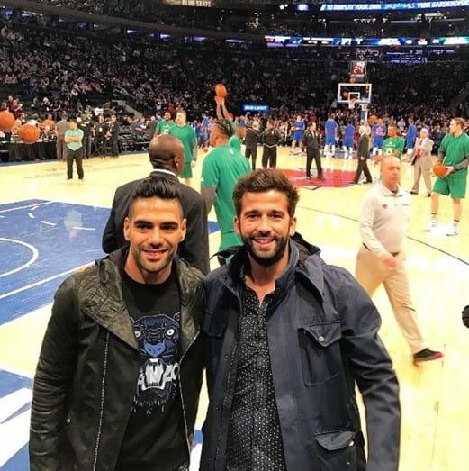 Com Falcao, antigo jogador do FCP, durante uma partida da NBA, nos Estados Unidos