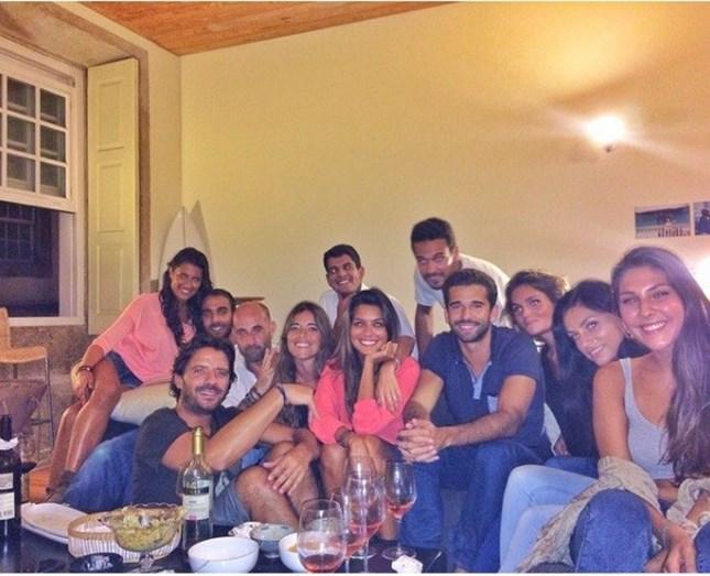 Com um grupo de amigos em que está também Maria Cerqueira Gomes