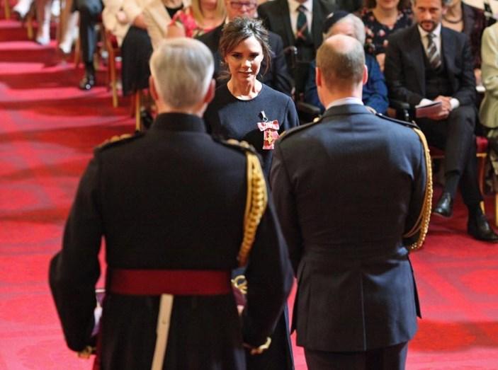 Victoria Beckham é condecorada pelo Duque de Cambridge no Palácio de Buckingham