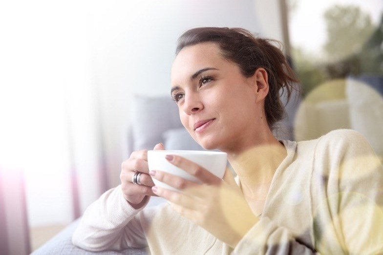 BEBER CHÁ - Sim, leu bem. Não deve beber chá depois de almoçar ou jantar. Várias pesquisas mostram que esta inofensiva bebida impede a absorção de ferro (em 87%), elemento que desempenha um importante papel no organismo humano. Pouco ferro pode desencadear anemia, uma deficiência de glóbulos vermelhos no sangue, que, em seguida, provoca fadiga extrema, fraqueza, pele pálida, dor no peito, tontura, mãos e pés frios, unhas frágeis e falta de apetite. Assim, as pessoas com deficiência de ferro, crianças e mulheres grávidas devem tomar chá pelo menos uma hora após a refeição