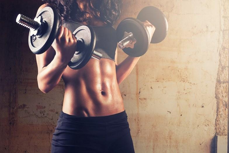 FAZER EXERCÍCIO - Exercitar-se com o estômago muito cheio pode provocar soluços, náuseas, lesões e cãibras. A seguir às refeições, limite-se a fazer uma caminhada tranquila, mas espere cerca de duas horas para fazer uma rotina mais intensa de treinos