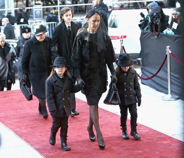 A cantora com os três filhos no funeral de René Angélil