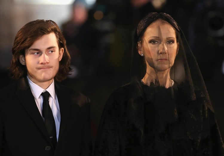 Celine Dion no funeral de René Angélil, acompanhada do filho mais velho do casal, René-Charles