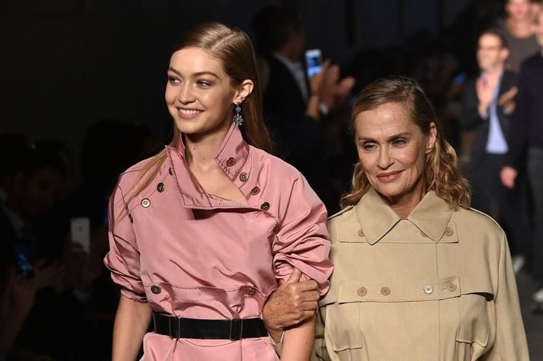 No final do desfile, a modelo, Gigi Hadid, acompanhou Laura na passerelle