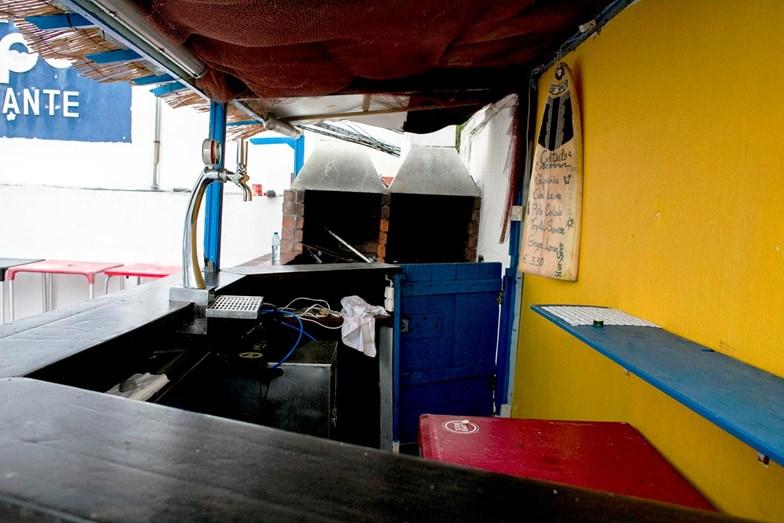 O bar exterior, ao lado dos fornos do 'Hot Spot' é um dos lugares favoritos da clientela do restaurante da praia da Consolação.
