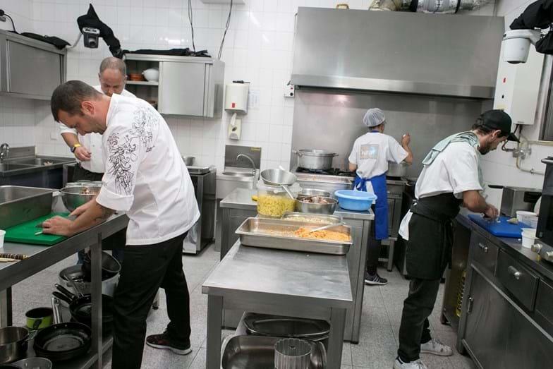 Apesar da gritaria e dos desmaios, Ljubo arregaça as mangas e acaba por controlar a cozinha do restaurante.