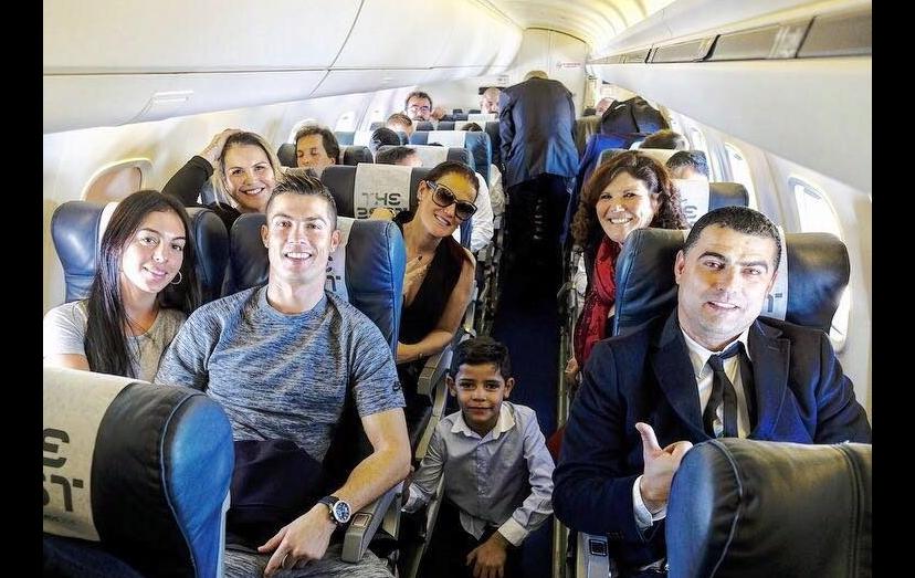 """Cristiano Ronaldo rodeado por amigos e família, no jacto privado. """"A família e os amigos são o mais importante""""."""