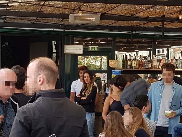 Lourenço Ortigão e a namorada Diana Lousão no bar Topo