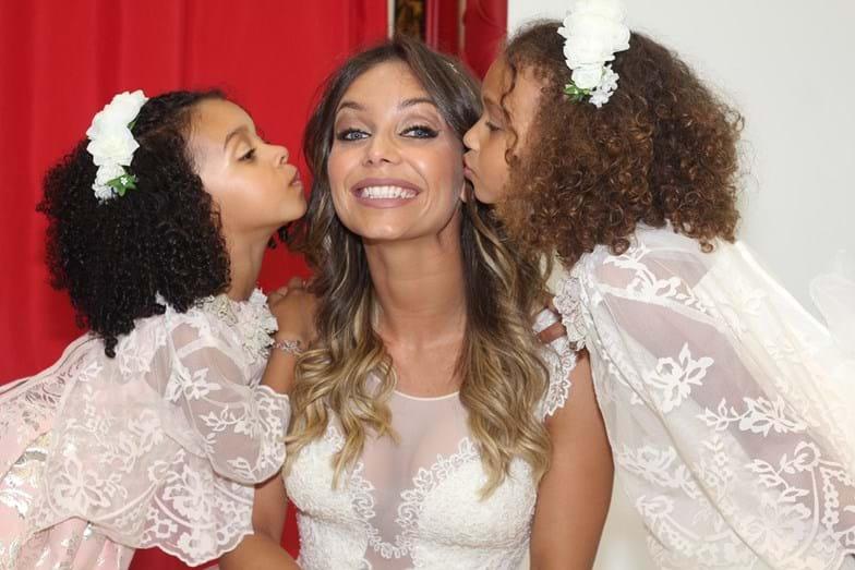 Luciana Abreu com as duas filhas num desfile em que foi vestida de noiva