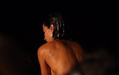 Dânia Neto completamente nua no filme 'Perdidos'