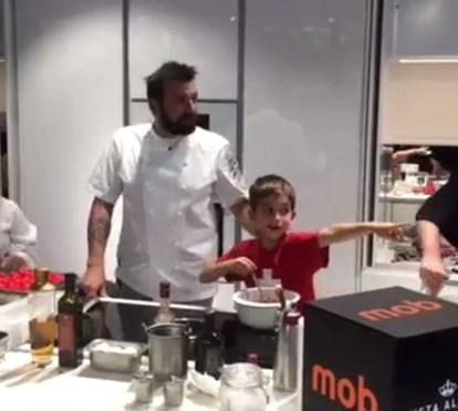 Ljubomir ensina criança a cozinhar