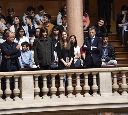 Salvador Sobral aplaudido de pé na Assembleia da República pelos deputados